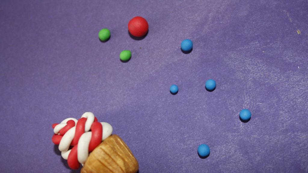 Лепим сладости для кукольного домика